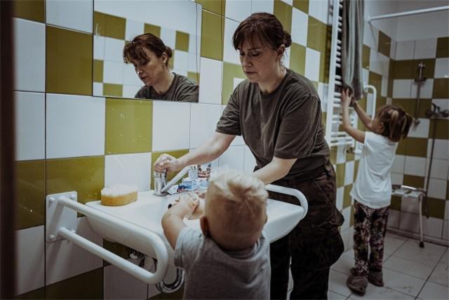 Żołnierze Wojsk Obrony Terytorialnej wsparli Placówkę Opiekuńczo-Wychowawczą nr 1 w Gostycynie. Opiekowali się przebywającymi tam dziećmi. Zastąpili opiekunów, którzy trafili na kwarantannę