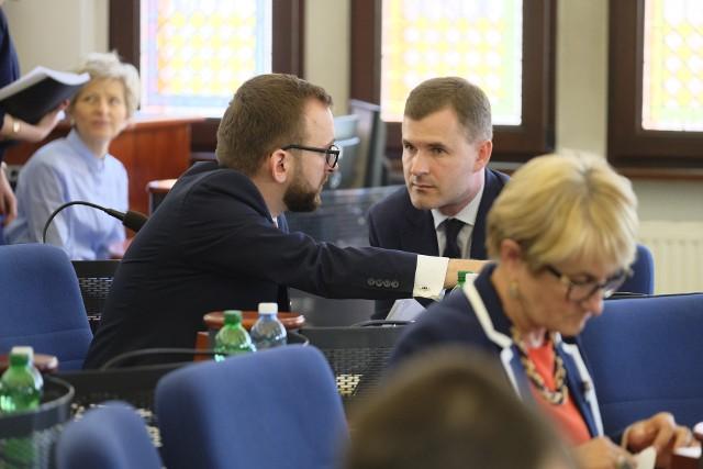 Wojciech Klabun (z lewej) z Jacek Kowalski podczas sesji Rady Miasta Torunia w 2018 roku