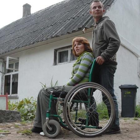 - Dajcie nam trzy, cztery lata, spróbujemy stanąć na nogi - proszą  o szansę Katarzyna i Grzegorz. W tle ich domek, który ma być zburzony.