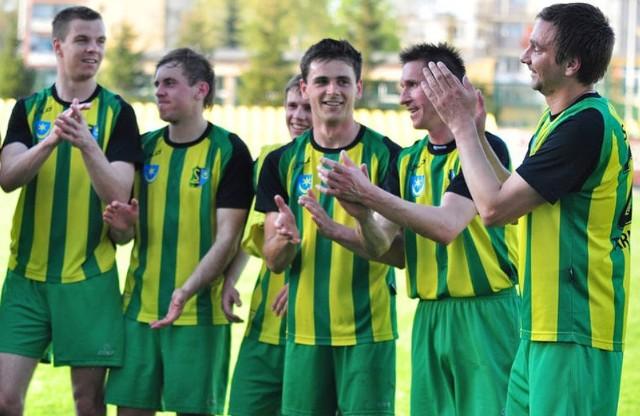 Daniel Beszczyński (pierwszy z lewej) w barwach Siarki Tarnobrzeg. Kibice klubu docenili jego grę w zielono-czarno-żółtych barwach