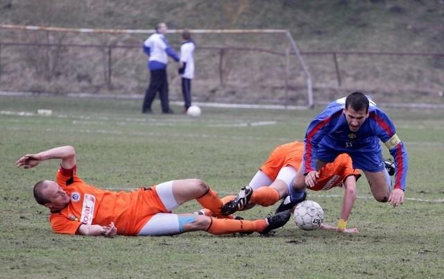 W meczu derbowym Sokół (niebieskie stroje) pokonał Wigry