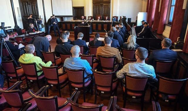 W procesie gangu kadafiego prokurator stanął przeciw całej grupie oskarżonych i obrońców. Sprawa toczy się według starej procedury.