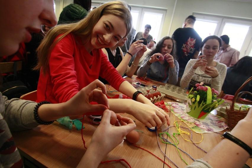 Artystka ludowa spod Opoczna uczyła malowania pisanek słuchaczki i słuchaczy Studium Języka Polskiego dla Cudzoziemców Uniwersytetu Łódzkiego.