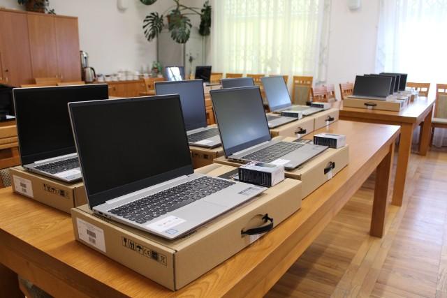 Gmina Stara Błotnica kupiła 20 laptopów do nauki zdalnej dla uczniów.