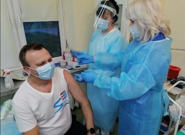 Starosta sandomierski Marcin Piwnik podczas szczepienia 30 grudnia 2020 roku