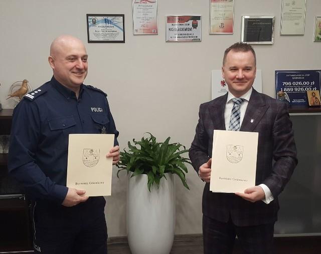 Umowę na pełnienie przez policję dodatkowych patroli podpisali insp. Marcin Marcin Ratajczak i burmistrz Adam Straszyński