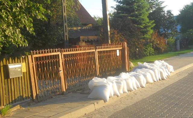 Mieszkaniec ulicy Kluka w Białymstoku przygotował się na wylanie Dolistówki