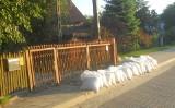 Powódź w Białymstoku? Mieszkaniec Bagnówki przygotował się na wylanie Dolistówki. Ułożył worki z piaskiem obok posesji