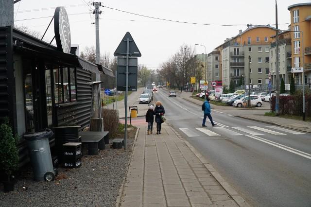 W tym miejscu przy Naramowickiej i Rubieży nie można zaparkować bez zablokowania przejścia i przejazdu.