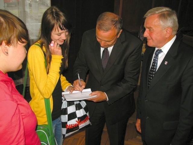 Marszałek Sejmu Grzegorz Schetyna (w środku) chętnie rozdawał autografy młodym bielszczanom. Zapisywał też uwagi i prośby, które kierowali do niego starsi mieszkańcy Bielska Podlaskiego. – Będę o nich pamiętał w Warszawie – zapewniał.