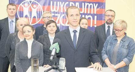 """Przemysław Urbański (na pierwszym planie), aby zostać prezydentem będzie musiał pokonać sześciu kontrkandydatów. Komitet """"Wygrajmy Szczecin"""" wystawia tez kandydatów na radnych miasta."""