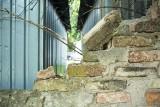Białystok. Mur dawnego cmentarza gettowego jest w opłakanym stanie. Tymczasem rocznica powstania w getcie białostockim już dziś