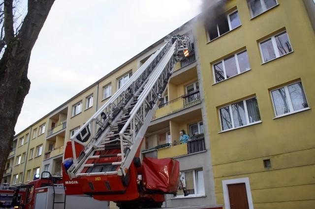 We wtorek (19 marca) rano doszło do pożaru w mieszkaniu przy ulicy Mostnika w Słupsku. 15 osób zostało ewakuowanych z budynku. Akcję strażaków utrudniał mieszkaniec lokalu, w którym doszło do zaprószenia ognia. Mężczyzna nie chciał opuścić mieszkania.Dwie osoby trafiły do szpitala.