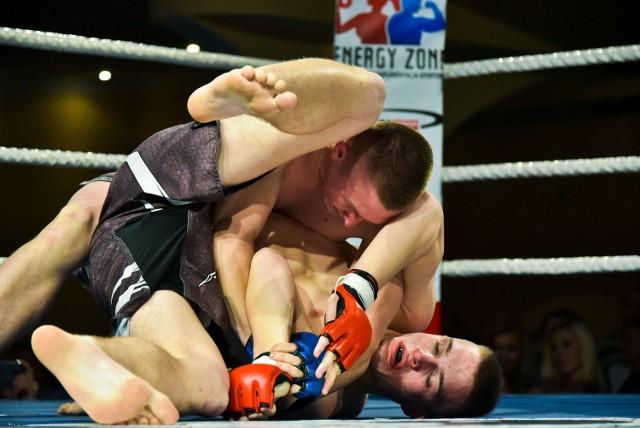 Kamil Czyżewski (na górze) stoczył emocjonujący pojedynek z Ignasem Vaiciunasem i bez wątpliwości wygrał swoją walkę podczas gali w Białymstoku.