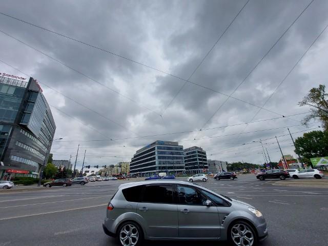 Skrzyżowanie marszałków to kolejne groźne miejsce na mapie Łodzi. Tu do końca sierpnia doszło do 26 kolizji. Gdzie było najwięcej kolizji? Sprawdź na kolejnych slajdach