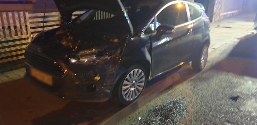 Kierowca opla wydostał się z samochodu dzięki pomocy...