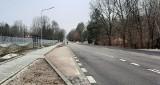 Budowa ulicy Szydłowieckiej w Radomiu. Asfalt dopiero położony, a studzienki już się zapadły. Co na to drogowcy?