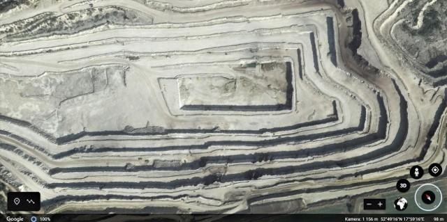 """Na zdjęciach Google Earth kopalnia kamienia wapiennego w Bielawach oraz """"białe morza"""" w Janikowie i Inowrocławiu wyglądają wręcz malowniczo. Niektóre przypominają księżycowy lub marsjański krajobraz."""