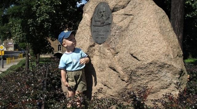 """Johannesa Keplera można w Żaganiu """"spotkać"""" na każdym kroku. Na skwerku przy ul. Jana Pawła II keplerowski obelisk ogląda trzyletni Kacper Nowicki, który spaceruje tu z siostrą Katarzyną."""