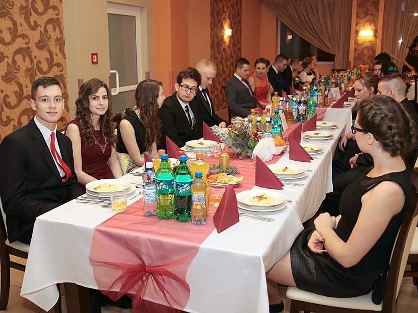 Studniówka Zespołu Szkół Gastronomiczno-Hotelarskich z Grudziądza. Uczniowie bawili się w Węgrowie [zdjęcia]