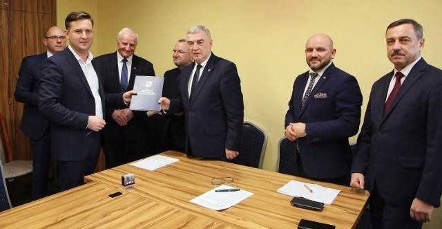 Przedsiębiorca Karol Głowa podpisał umowę z marszałkiem Andrzejem Bętkowskim i wicemarszałkiem Markiem Bogusławskim na innowacyjny projekt w swojej firmie.
