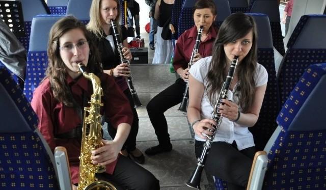 Opolski ekspres dęty to rodzaj muzycznego pociągu przewożącego orkiestrę, która na wybranych stacjach daje koncert. Przejazdy pociągiem są darmowe, ale obowiązuje na nie całkowita rezerwacja miejsc.