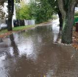 Na Podolanach stoi woda. Ulica Czorsztyńska jak zawsze w czasie deszczu zalana