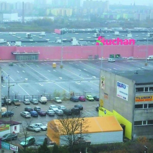 Hipermarket Auchan przy ul. Hetmańskiej szykuje się do otwarcia. Na placu przed sklepem już wymalowano pasy do parkowania samochodów.