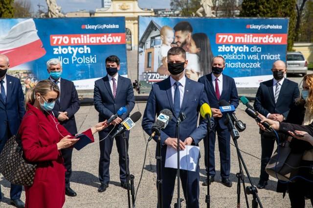 28 kwietnia w Białymstoku odbyła się konferencja parlamentarzystów PiS. Na konferencji omawiany był krajowy plan odbudowy. Jak również ratyfikacja umowy dotyczącej funduszy europejskich. W związku z tym z funduszy UE do Polski może trafić 770 miliardów zł, a do woj. podlaskiego 5,5 mld zł.