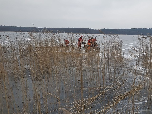 Jechał w stronę miejscowości Wolność. Ale lód nie był na tyle gruby, jak wydawało się to motorowerzyście. Załamał się pod jego ciężarem dziesięć metrów od brzegu. Mężczyzna miał jednak dużo szczęścia. >> Najświeższe informacje z regionu, zdjęcia, wideo tylko na www.pomorska.pl