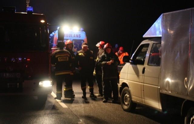 Młody kierowca zginął na miejscu. Piątka pasażerów jest ranna.