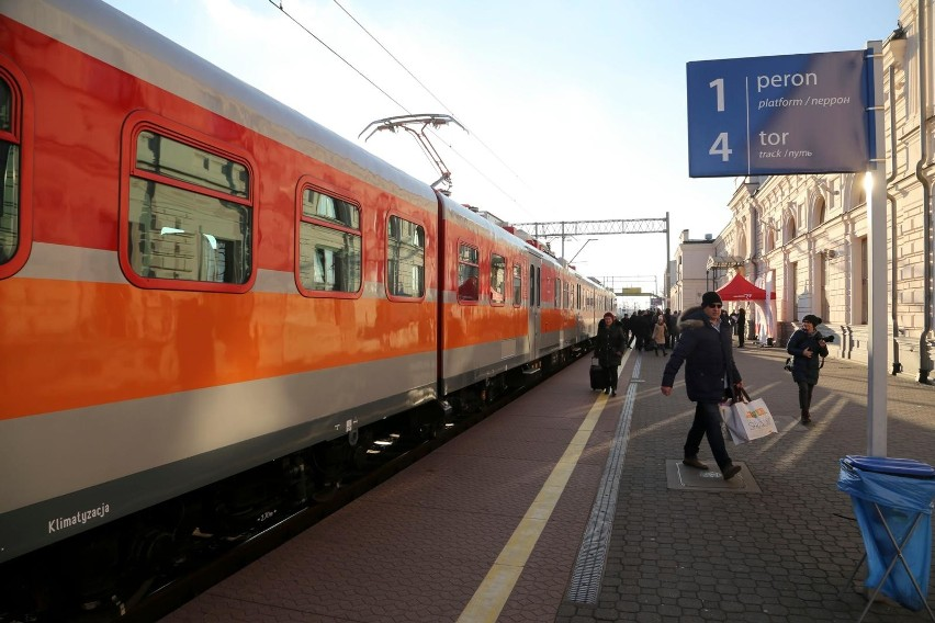 Już wcześniej kolejowi przewoźnicy zawiesili wszystkie połączenia międzynarodowe. Z podlaskiego przestał kursować np. pociąg do Kowna. Wobec licznych zmian, spółka POREGIO prosi pasażerów o każdorazowe sprawdzenie rozkładu jazdy przed podróżą.