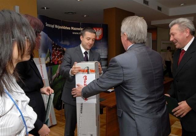 Wicemarszałek L. Rakowski wręcza sekretarzowi T. Skibickiemu i burmistrzowi M. Szymalskiemu i sekretarzowi T. Skibickiemu sprzęt do pielęgnacji żywopłotu