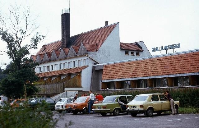 Jak wyglądał Koszalin w latach 80-tych? Możecie to sprawdzić na archiwalnych zdjęciach koszalińskiego fotografa Krzysztofa Sokołowa. Znajdziecie tu nie tylko fotografie przedstawiające ulice miasta, ale także relacje z imprez i uroczystości, a także ze szkół i zakładów pracy. Zobaczcie drugą część wyjątkowej galerii!