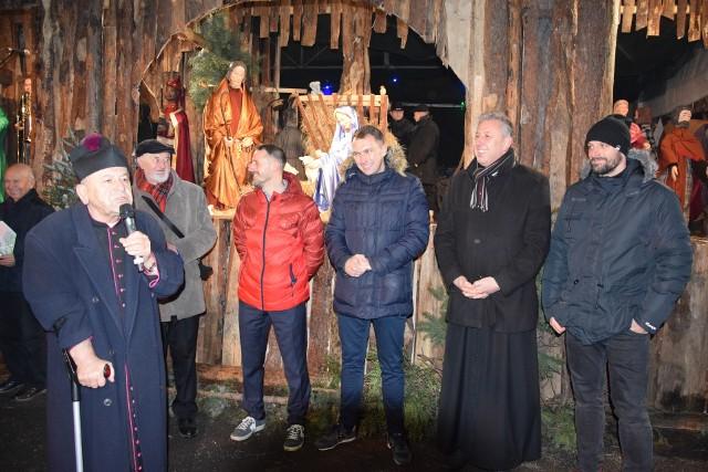 Ks. prałat Zygmunt Lubieniecki (pierwszy z lewej) co roku zaprasza na opłatek znane postacie świata opolskiego sportu.