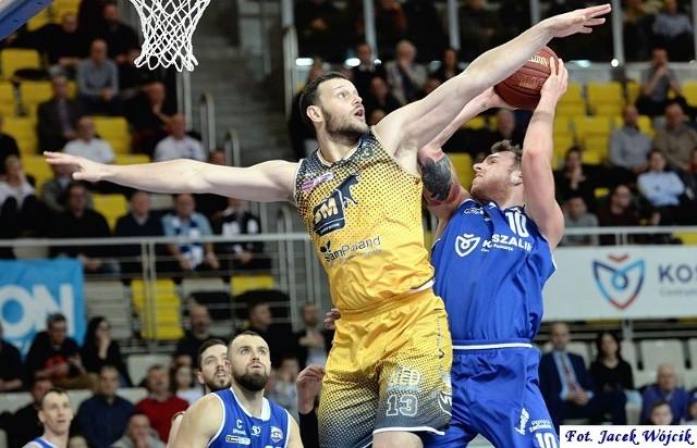 W rozegranym w poniedziałek meczu 24. kolejki Energa Basket Ligi, AZS Koszalin został rozbity we własnej hali przez wicemistrzów kraju. Spotkanie nie dostarczyło wiele emocji. Goście już w pierwszej kwarcie wypracowali sobie 19-punktowe prowadzenie, którego nie oddali do końca spotkania. Skończyło się 45 punktach różnicy (w szczytowym momencie goście prowadzili różnicą 48 pkt), co jest jedną z najwyższych porażek AZS w historii występów w PLK we własnej hali. Przypomnijmy, że o 3 oczka wyżej wygrał tu Anwil Włocławek w 2016 r. (93:45). Jednocześnie 123 stracone punkty, to najgorszy wynik AZS we własnej hali w 16. sezonach gry w PLK. Osiem dni wcześniej 122 pkt rzucił w Koszalinie TBV Start Lublin, ale w meczu z dogywką, który zresztą przegrał różnicą 4 pkt. Jeszcze przed meczem okazało się, że lista nieobecnych w zespole trenera Marka Łukomskiego wydłużyła się o kolejne nazwisko, Amerykanina Drew Brandona.  Do gry wrócił za to, po 3 tygodniach przerwy, Serb Marko Tejić (spędził na parkiecie prawie 26. min trafiając 6 na 10 rzutów z gry,). Do dyspozycji M. Łukomskiego było siedmiu zdrowych zawodników oraz juniorzy z Żaka Koszalin, Damian Bernacki i Eryk Naczlenis. Obaj dostali szansę zaprezentowania się na parkiecie, a Naczlenis zdobył swoje pierwsze punkty w ekstraklasie.AZS Koszalin - Arged BMSlam Stal Ostrów Wielkopolski 78:123 (11:30, 24:29, 21:23, 22:41)AZS: Jarecki 13 (3x3, 3 zb.), Thomas 13 (3x3, 6 as.), Surmacz 11 (2x3, 4 zb.), Bochno 5 (1x3), Fraser 4 (5 zb.) - Czujkowski 14 (2x3, 6 zb.), Tejić 14 (5 zb.), Naczlenis 4, Bernacki 0. Stal: Chyliński 20 (4x3, 3 zb., 3 as.), Scott 20 (6x3, 6 as.), Maraś 19 (1x3, 5 zb.), Żołnierewicz 15 (3x3, 7 as., 6 zb.), King 14 (12 zb., 3 as., 2 bl.) - Kostrzewski 17 (3x3, 5 as., 3 zb.), Szymkiewicz 14 (4x3, 4 as., 4 zb.), Nowakowski 2 (3 as.), Łukasiak 2, Kowalenko 0.
