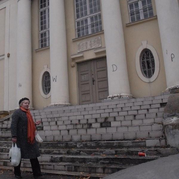 Serce się kraje, kiedy tak piękny budynek niszczeje