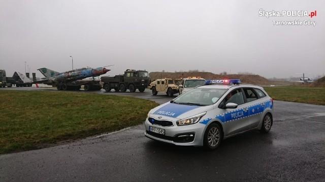 Samolot wojskowy w powiecie tarnogórskim. Jego transport eskortowali policjanci Zobacz kolejne zdjęcia. Przesuwaj zdjęcia w prawo - naciśnij strzałkę lub przycisk NASTĘPNE