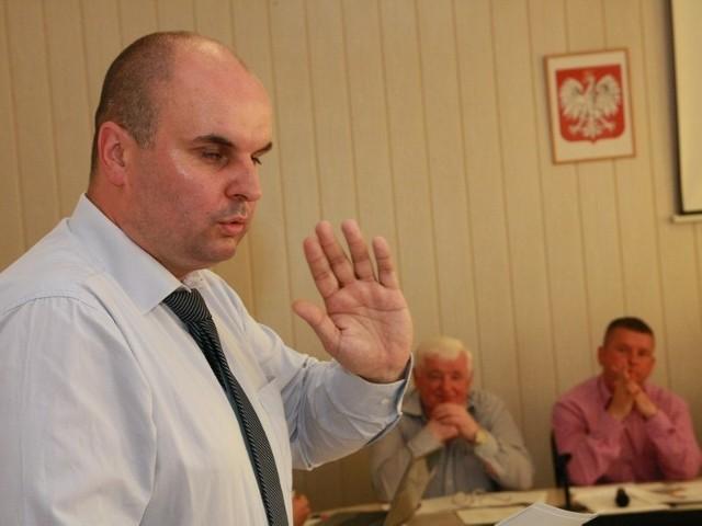 Burmistrz Tomasz Watros (na pierwszym planie) przekonywał radnych do emisji obligacji. Z prawej Kamil Różycki, który po trzech godzinach kłótni zrezygnował ze stanowiska i z mandatu.