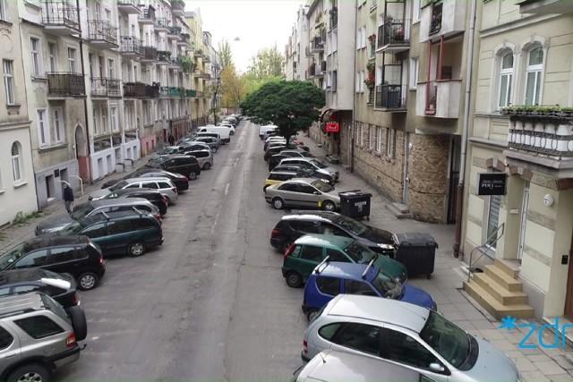 Po południowej stronie zachowany zostanie ukośny sposób parkowania, natomiast postój po stronie północnej będzie dozwolony na miejscach równoległych