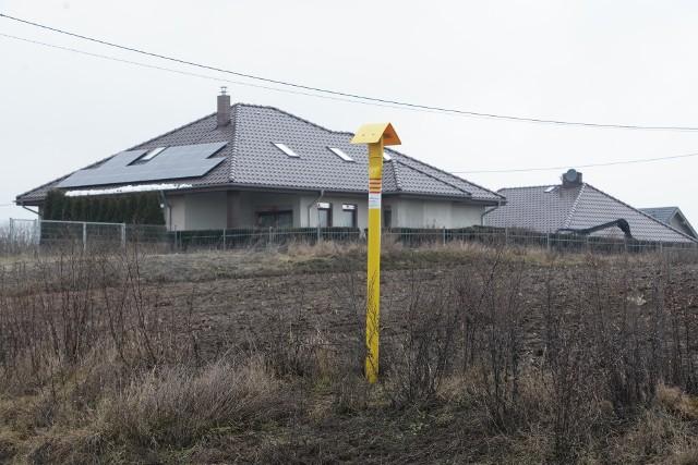 We wtorek, 26 stycznia 2021 roku mijają dokładnie trzy lata od wybuchu gazu w Murowanej Goślinie pod Poznaniem. Śledczy ostatecznie umorzyli sprawę, uznając, że nie doszło do popełnienia przestępstwa, zaś wybuch był wypadkiem, za który nikt nie ponosi odpowiedzialności. Zobacz jak dziś wyglądają miejsca, które znalazły się w centrum eksplozji. Następne zdjęcie ----------->