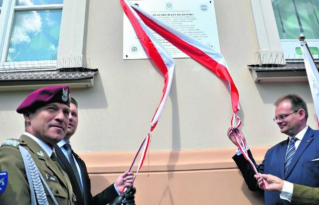 Wielu Polaków uważa Ryszarda Kuklińskiego za prawdziwego bohatera, a awans do stopnia generała - uzasadniony. Na zdjęciu: jedna z uroczystości odsłonięcia tablicy upamiętniającej postać R. Kuklińskiego