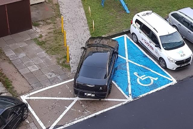 """Zdjęcia dostaliśmy od naszego Czytelnika (dziękujemy!). Do tej absurdalnej sytuacja doszło w Gorzowie, przed blokiem przy ulicy Wyczółkowskiego 8 i 9. """"Chciałem od razu zwrócić uwagę kierowcy ale nikogo w aucie nie było"""" - pisze pan Roman i dodaje, że auto bez wątpienia zostało tak zaparkowane. Mocno nieprzemyślane zachowanie kierowcy, sprawiło, że swoich autem zablokował miejsce dla niepełnosprawnych, drogę dojazdową do garażu oraz zablokował chodnik. Frustracja mieszkańców z ulicy Wyczółkowskiego nie dziwi. """"Za takie rzeczy powinien być surowy mandat"""" - mówią. Zobacz również: Sąsiad parkuje auto na moim miejscu. Co zrobić?POLECAMY RÓWNIEŻ PAŃSTWA UWADZE:Absurd. Zaparkował na przystanku i pokazał środkowy palec"""