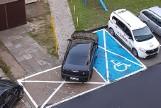 GORZÓW WIELKOPOLSKI. Kierowca chryslera zaparkował pojazd zajmując dwie koperty i zastawiając chodnik. Kto mu dał prawo jazdy? [ZDJĘCIA]