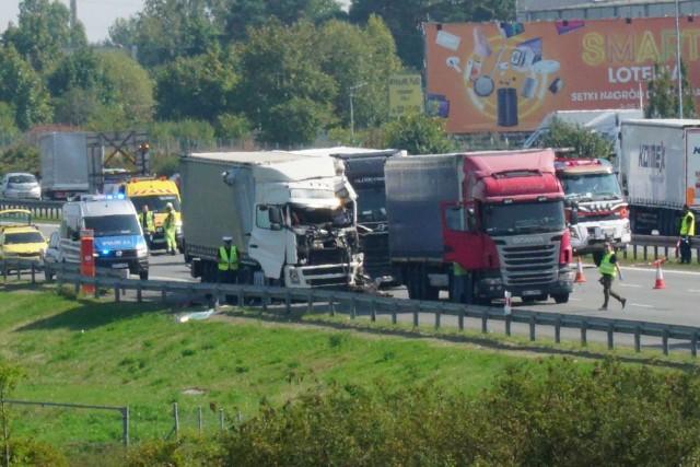 W środę, 8 września na 157 km autostrady A2, za Komornikami w kierunku Świecka doszło do zderzenia trzech ciężarówek i samochodu osobowego.Przejdź do kolejnego zdjęcia --->