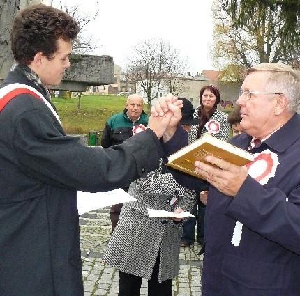 Jednym z laureatów był Kacper Wesołowski (z lewej), któremu burmistrz Tadeusz Dubicki wręczył książkę, złożył gratulację i na koniec przybił tzw. piątkę.