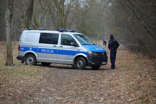 """Policja cały czas ściga mordercę, który zabił 57-letnią kobietę w parku Na Zdrowiu w Łodzi. Śledczy odbierają telefony od chcących pomóc łodzian, przeglądają nagrania z okolicznego monitorngu i typują potencjalnego sprawcę. Czy w sprawie tej policja wyznaczy nagrodę za pomoc w ujęciu zabójcy?  Czytaj również: Zamordowana 20-letnia kobieta, jej 8-miesięczna córka trafiła do Okna Życia. Zatrzymano 20-latka Czytaj też: Arcybiskup Grzegorz Ryś przeprasza za słowa ojca Tadeusza Rydzyka Polecamy: Rząd przedstawia narodową strategię szczepień na COVID-19Czytaj dalej na kolejnym slajdzie: kliknij strzałkę """"w prawo"""", lub skorzystaj z niej na klawiaturze komputera."""