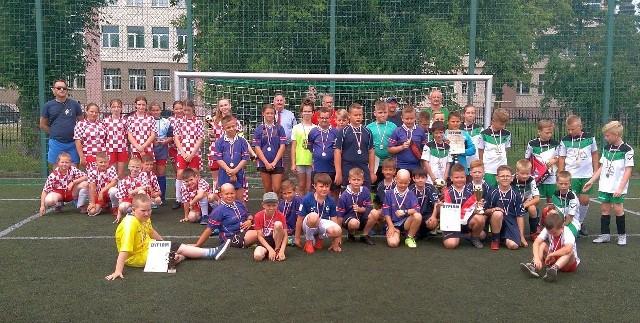 Uczestnicy Turnieju Mini - Euro 2020 o Puchar Starosty Inowrocławskiego w kategorii U-2010 na Orliku przy Zespole Szkół Chemiczno-Elektronicznych w Inowrocławiu