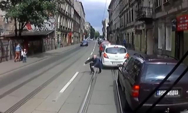 Młody mężczyzna wbiegł na dach samochodu stojącego w korku na ul. Wojska Polskiego.