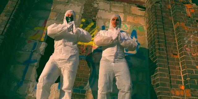 Pandemia to temat, który inspiruje coraz większą liczbę polskich wykonawców – popowych, rockowych czy hip hopowych. Przeglądając polskiego YouTube'a można natknąć się na wiele teledysków do piosenek, których głównym tematem jest koronawirus. Sprawdź naszą galerię! Przejdź dalej --->